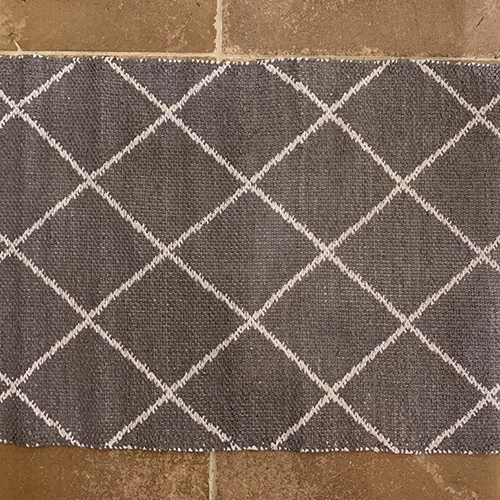ポリ塩化ビニル素材を平織りにしたマットです。汚れや水に強く、お手入れが簡単。