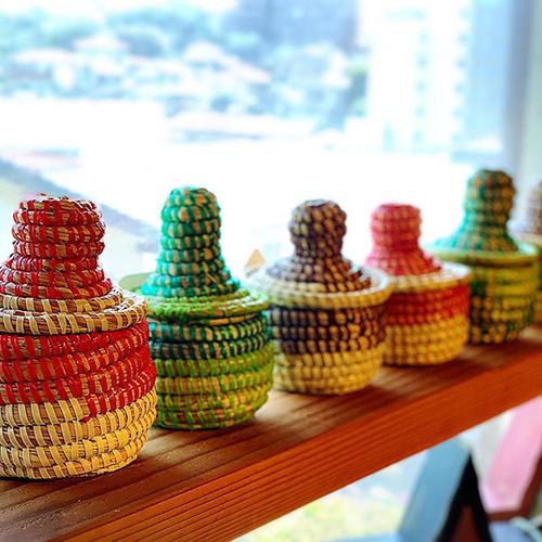 コロンとしたフォルムがかわいらしい、セネガルのミニかごです。一つ一つ手で編まれており、形が微妙に違うのが愛らしいところ。