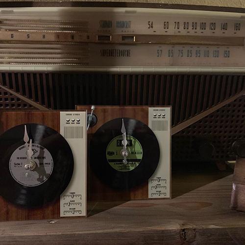 レコードプレイヤーの形をしたデスククロック。レコード好きのあの人にあげたい。