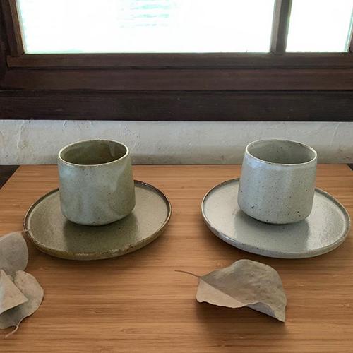 ルポゼ 湯呑み&菓子皿。口元が少しすぼまったデザインの湯呑みは、手にすっと収まるサイズ。また、菓子皿は湯呑みを置いて横にお菓子を添えることもできます。