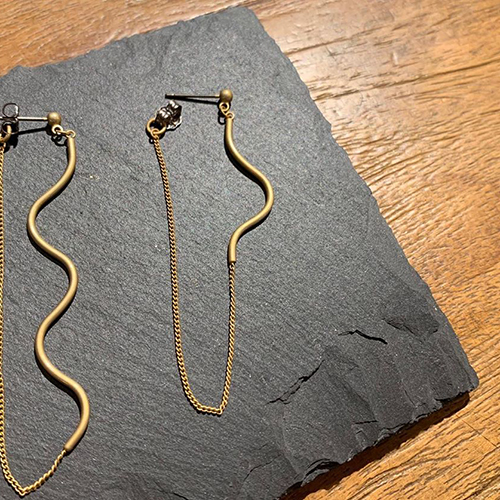 a depecheの新作シリーズです。真鍮の線がうねっていたり、変形していたりと、シンプルながらも遊び心のあるデザイン。