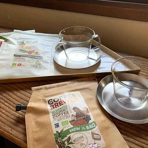 シンプルかつシャープな佇まいの「CAST カップ&ソーサー」。耐熱ガラスのカップは薄造りなので持った時も軽く、電子レンジ、食洗乾燥機もOK。
