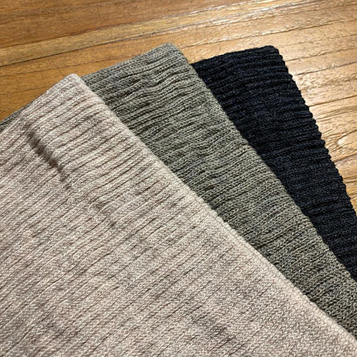 ふんわりと柔らかいウールを使って作られたネックウォーマー。ウールの暖かさに加え、裏に遠赤外線糸を使っているので、首をしっかりと温めてくれます。