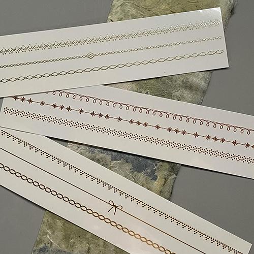 箔と水のアクセサリーHAQUAは、自由にカットして貼れるアクセサリー。