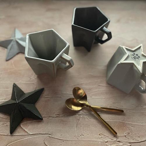 ドリンクを飲んでいくとカップの内側にだんだんと星が現れる磁器のマグカップ。